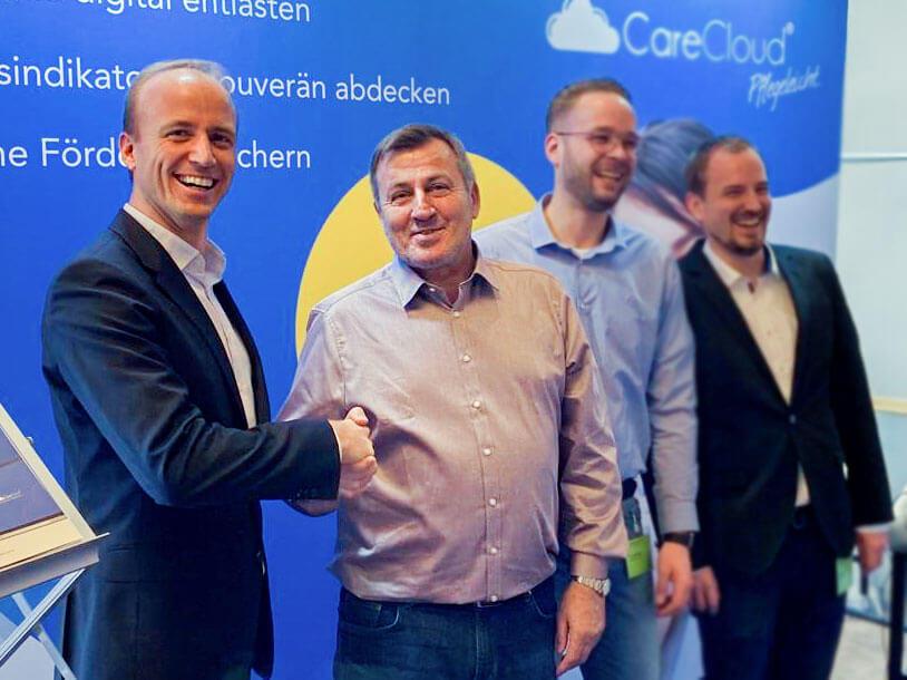 Ungezwungene Atmosphäre: Matthias Ostrowitzki (von links) begrüßt Referent Siegfried Huhn am CareCloud-Stand.