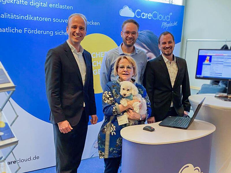 Matthias Ostrowitzki (von links) ist von dem intensiven Gespräch mit der renommierten Pflegefachfrau Karla Kämmer begeistert. Tim Helmecke und Mike Herrmann von der CareCloud freuen sind ebenfalls mit dem AltenpfegeKongress in Köln zufrieden.